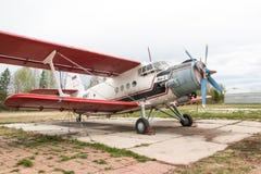 在一个领域的飞机在基洛夫市附近的村庄Kuchani附近 图库摄影