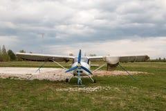 在一个领域的飞机在基洛夫市附近的村庄Kuchani附近 免版税库存照片