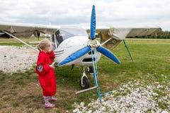 在一个领域的飞机在基洛夫市附近的村庄Kuchani附近 免版税图库摄影