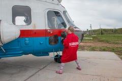 在一个领域的直升机在基洛夫市附近的村庄Kuchani附近我 免版税库存图片