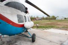 在一个领域的直升机在基洛夫市附近的村庄Kuchani附近我 免版税库存照片