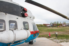 在一个领域的直升机在基洛夫市附近的村庄Kuchani附近我 库存照片