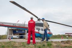 在一个领域的直升机在基洛夫市附近的村庄Kuchani附近我 图库摄影