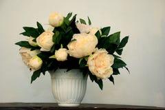 在一个颜色花瓶的白色牡丹花花束在白色背景 库存照片