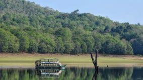 在一个风景湖的划船西部ghats的 免版税库存图片
