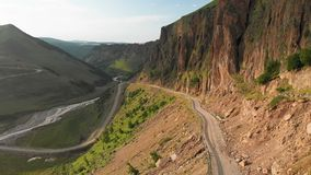 在一个风景的鸟瞰图低飞行的特写镜头与一块山柏油路蛇纹石在一道深峡谷 ??  影视素材