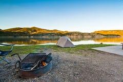 在一个风景Mountain湖附近的露营地在蒙大拿,美国 免版税图库摄影