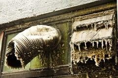 在一个香港摩天大楼大厦的通风井与很多尘土 免版税库存照片