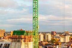 在一个高大厦顶部的建筑工人在格罗特旁边 免版税库存照片