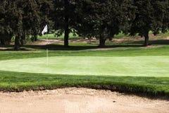 在一个高尔夫球区的第15孔flagstick在高尔夫球场 免版税库存照片