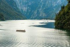 在一个高山湖的船。 免版税库存图片