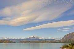 在一个高山风景的双突透镜的云彩 免版税库存照片