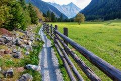 在一个高山风景的木农厂篱芭 免版税库存图片