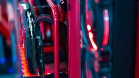 在一个高性能计算机里面 计算机电路委员会和在a里面的内部LEDs照亮的CPU冷却风扇 图库摄影