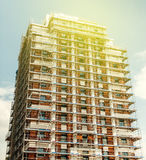 在一个高摩天大楼大厦的建筑脚手架反对b 免版税库存图片