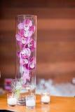 在一个高花瓶的紫色兰花 免版税库存照片