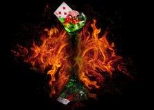 在一个鸡尾酒杯的红色模子在火背景 赌博娱乐场系列 库存图片