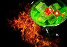 在一个鸡尾酒杯的红色模子在火背景 赌博娱乐场系列 免版税库存图片