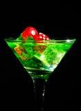 在一个鸡尾酒杯的红色模子在黑背景 赌博娱乐场系列 免版税图库摄影