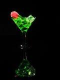 在一个鸡尾酒杯的红色模子在黑背景 赌博娱乐场系列 免版税库存图片