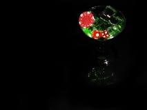 在一个鸡尾酒杯的红色模子在黑背景 赌博娱乐场系列 库存图片