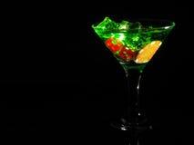 在一个鸡尾酒杯的红色模子在黑背景 赌博娱乐场系列 库存照片