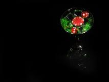 在一个鸡尾酒杯的红色模子在黑背景 赌博娱乐场系列 免版税库存照片