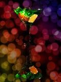 在一个鸡尾酒杯的红色模子在bokeh背景 赌博娱乐场系列 图库摄影
