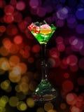 在一个鸡尾酒杯的红色模子在bokeh背景 赌博娱乐场系列 库存照片