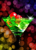 在一个鸡尾酒杯的红色模子在bokeh背景 赌博娱乐场系列 免版税库存图片