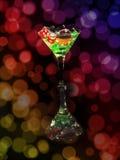 在一个鸡尾酒杯的红色模子在bokeh背景 赌博娱乐场系列 免版税库存照片