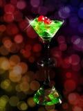 在一个鸡尾酒杯的红色模子在bokeh背景 赌博娱乐场系列 库存图片
