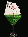 在一个鸡尾酒杯的纸牌在黑背景 赌博娱乐场系列 免版税库存图片