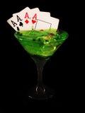 在一个鸡尾酒杯的纸牌在黑背景 赌博娱乐场系列 库存图片