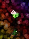 在一个鸡尾酒杯的纸牌在bokeh背景 赌博娱乐场系列 库存图片