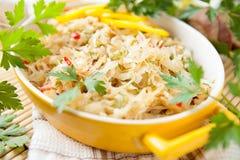 在一个黄色碗的新近地煮熟的圆白菜 库存照片