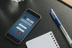 在一个黑企业工作区安置的一个手机屏幕的流动开户的app 图库摄影