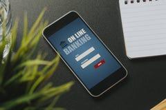 在一个黑企业工作区安置的一个手机屏幕的流动开户的app 免版税库存照片