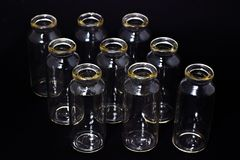 在一个黑暗的背景实验室玻璃器皿的玻璃试管 库存照片