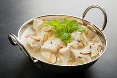 在一个黑暗的背景的印第安咖喱鸡Korma 免版税库存照片