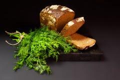 在一个黑暗的背景的面包 免版税库存图片