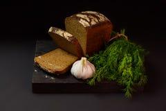 在一个黑暗的背景的面包 免版税库存照片