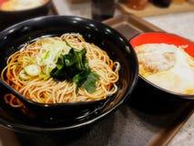 在一个黑碗安置顶面海草的拉面和纯净汤 免版税库存照片