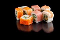 在一个黑背景特写镜头的可口被分类的寿司卷 免版税图库摄影
