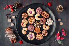 在一个黑色的盘子的圣诞节曲奇饼用香料和装饰o 免版税库存图片