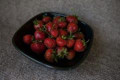 在一个黑色的盘子的新鲜的草莓 库存图片