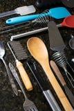 在一个黑花岗岩柜台计划的厨房器物 库存照片