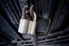 在一个黑铁门的挂锁 免版税库存图片