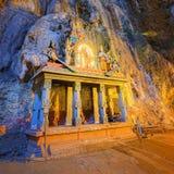 中间洞_在一个洞穴中间的寺庙在黑风洞寺庙复合体在吉隆坡 免版税图库摄影