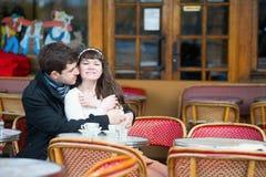 在一个巴黎人咖啡馆的爱恋的夫妇 免版税库存图片